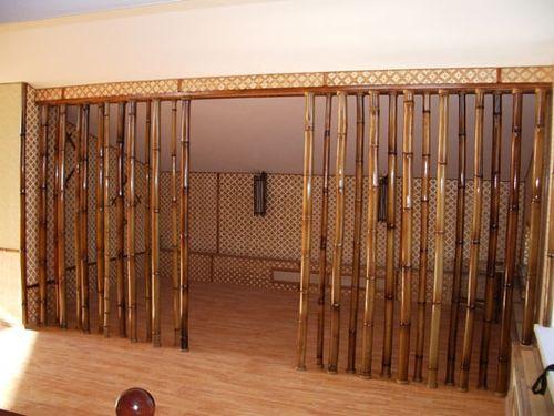 Используем декоративные дверные шторы в интерьере в фото