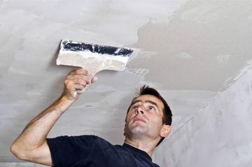 Шпаклюем потолок в фото