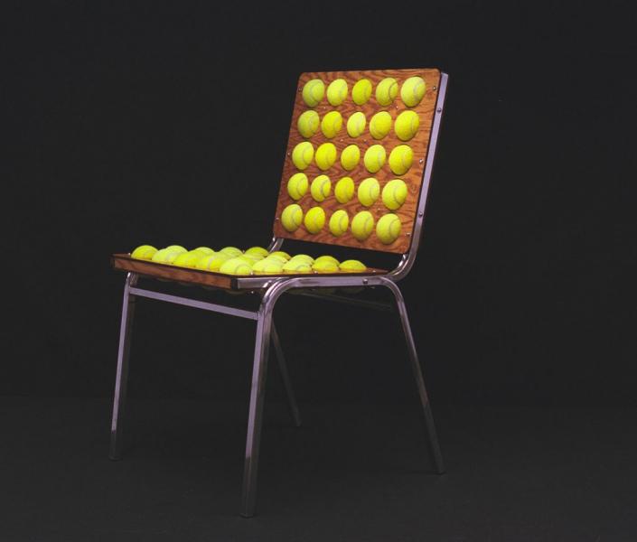 Стул из теннисных мячиков в фото