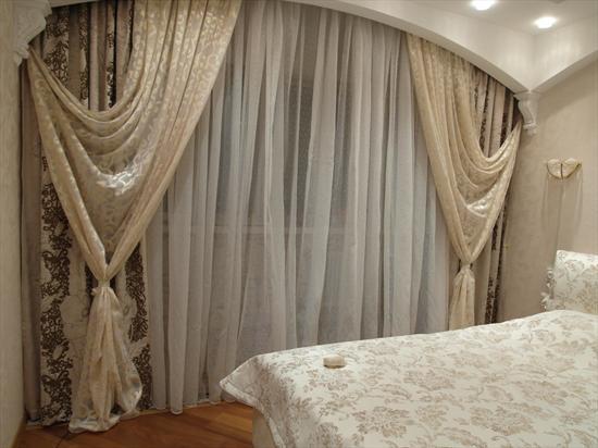 фото Шторы в спальне в светлых тонах