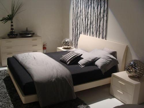 Фото Двуспальная кровать в интерьере маленькой спальни