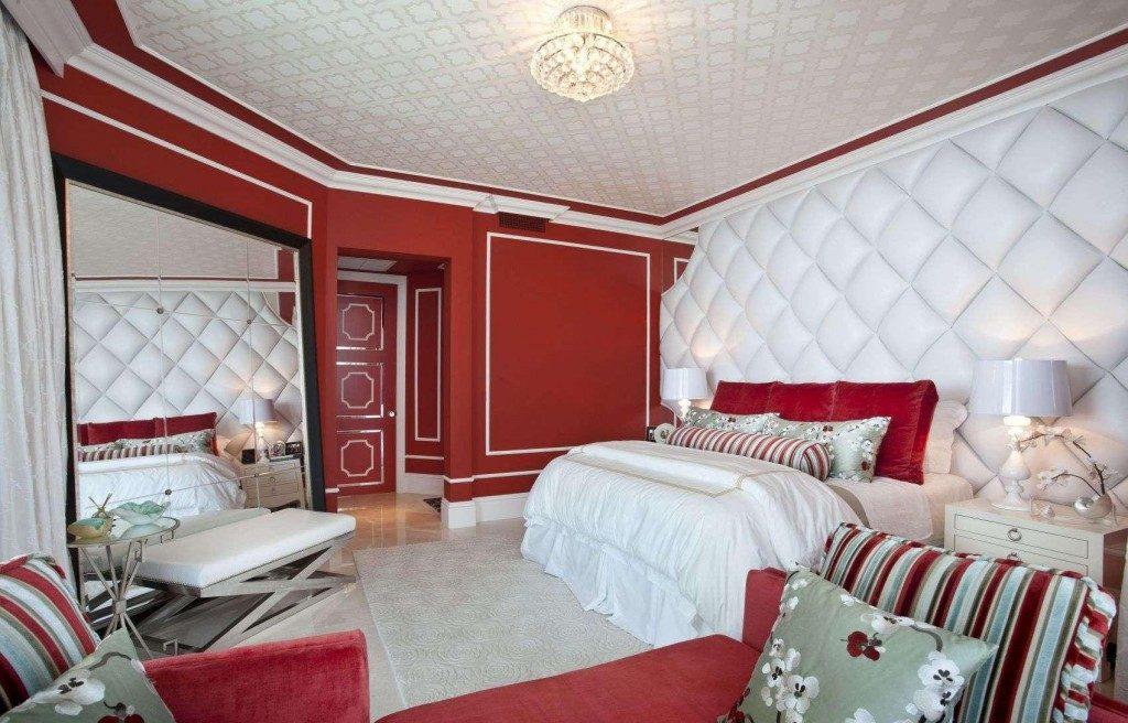 Фото Обои в спальне двух видов: красные и белые