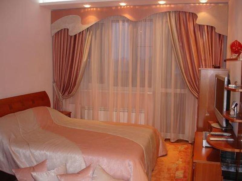 фото Бежевые занавески в спальню
