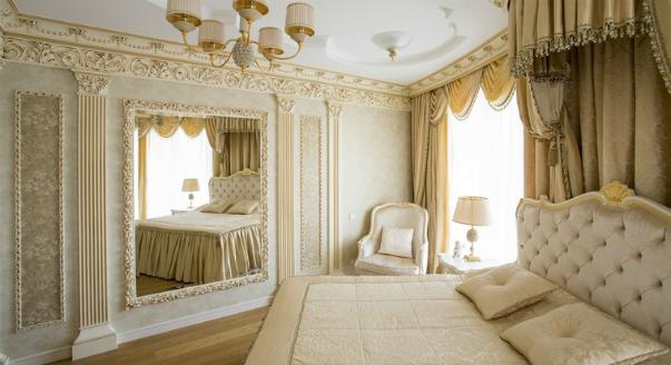 фото Тканевые обои в интерьере классической спальни