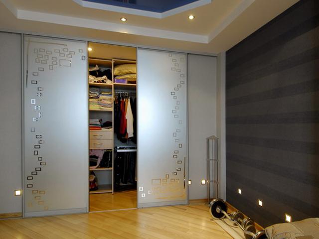 фото Матовая поверхность встроенного шкафа