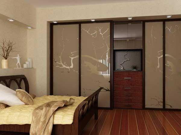фото Встроенный шкаф-купе в спальне бежевого цвета