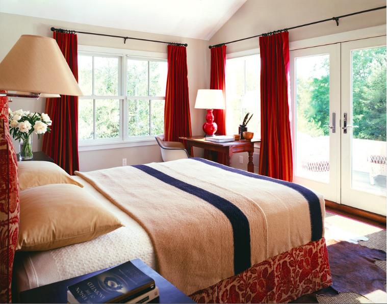 Фото Традиционная спальня с вишневыми классическими шторами