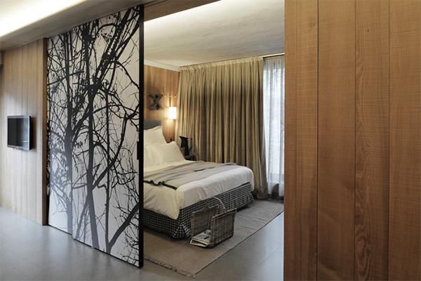 фото Разделение на две комнаты с помощью дверей
