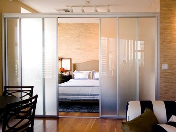 фото Разделение комнаты при помощи раздвижных дверей