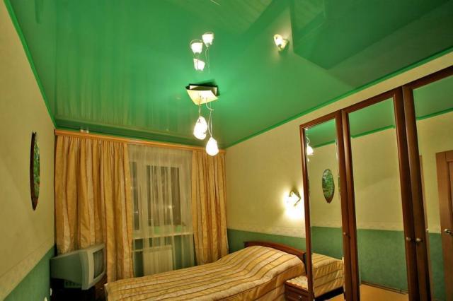 Фото Зеленый глянцевый натяжной потолок