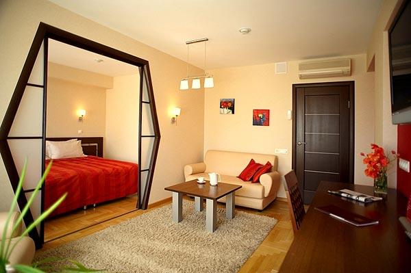 фото Спальня и гостиная в одной комнате: разделение перегородкой