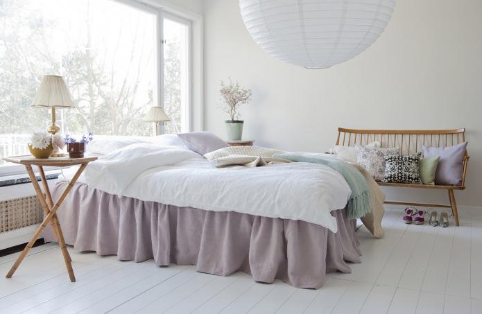 фото Спальня в скандинавском стиле не имеет штор