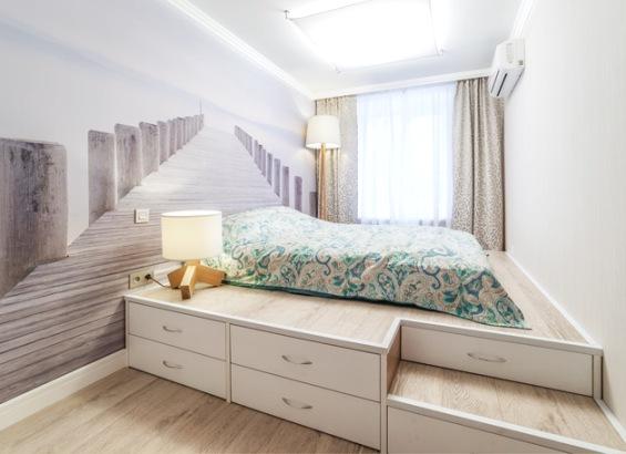 фото Кровать-подиумв интерьере с фотообоями