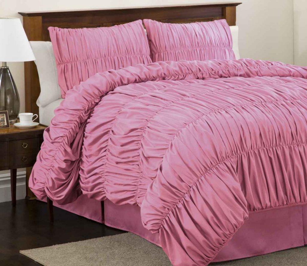 фото Розовое покрывало в спальню