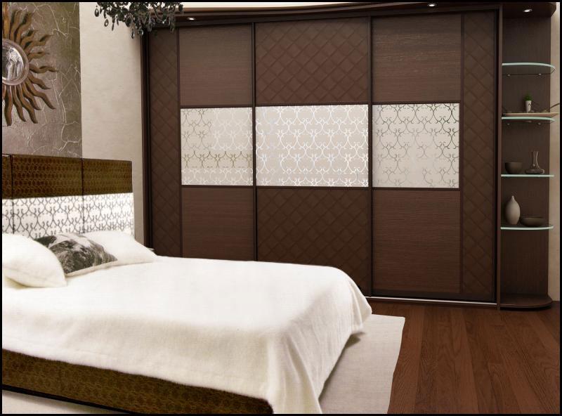 Прямой шкаф-купе из ДСП в интерьере маленькой спальни