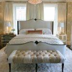 широкая банкетка у кровати в интерьере спальни