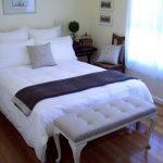 банкетка в полоску в интерьере спальни
