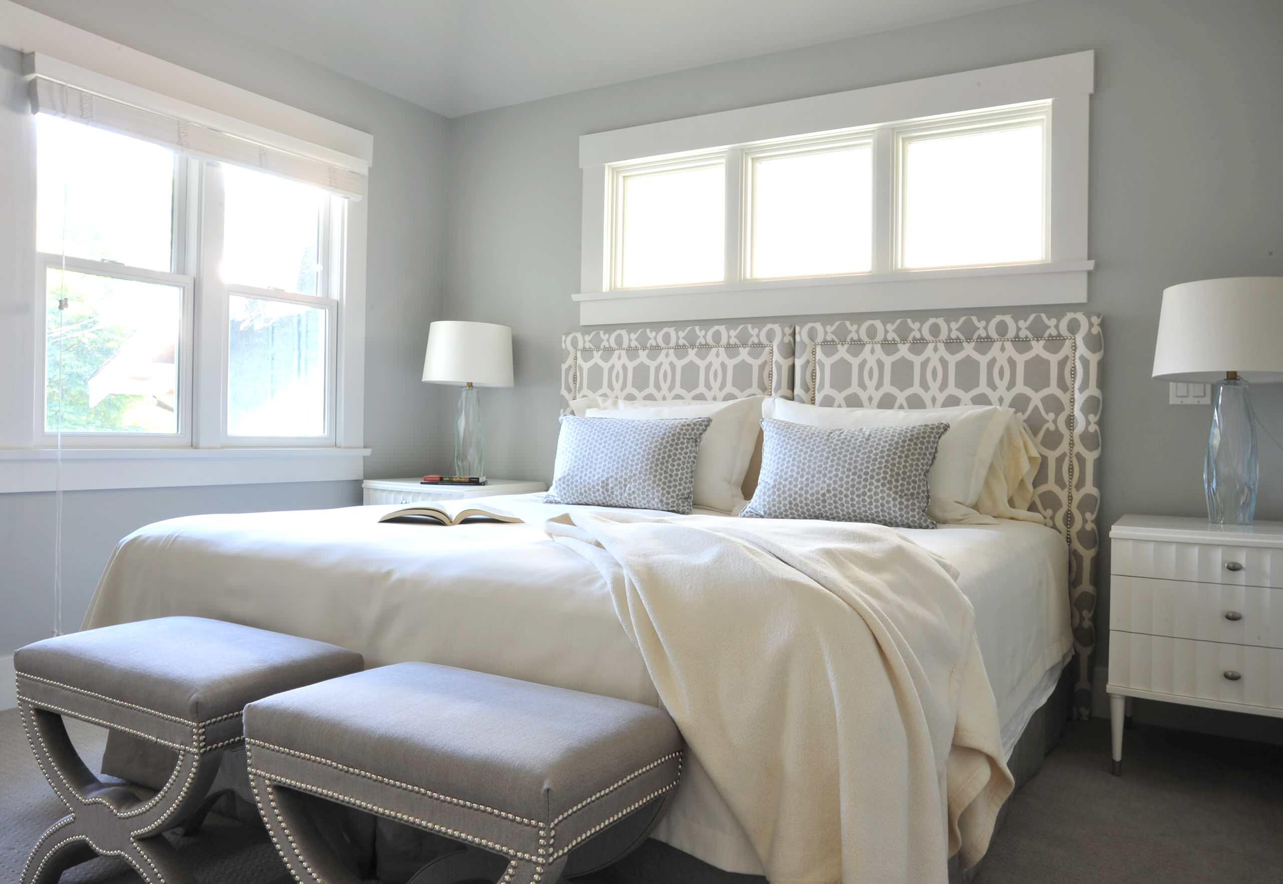 кровать с двумя банкетками в светлой спальне
