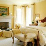 классическая спальня в желтых оттенках