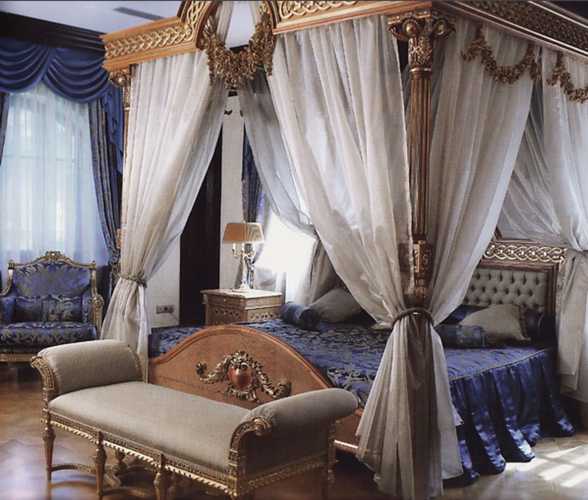 банкетк ав стиле ампир в интерьере синей спальни
