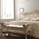 банкетка в интерьере спальни