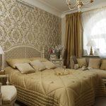 банкетка-диван с подушками у окна
