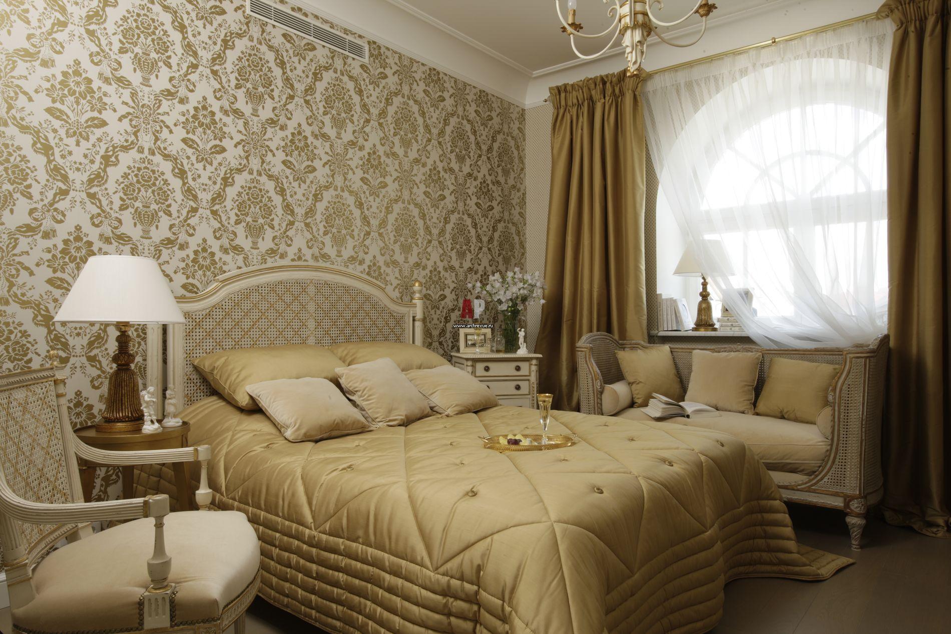 банкетка со спинкой и подушками у окна