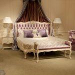 банкетка у кровати в классической спальни