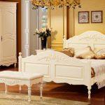 белая банкетка в интерьере спальни