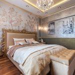 банкетка с золотистыми тонами в интерьере спальни