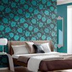 бирюзовая спальня с комбинированными обоями