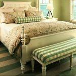дизайн спальни антик с клетчатым текстилем