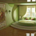 дизайн спальни с круглой кроватью подиумом в зеленых оттенках