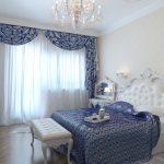 спальня в античном стиле с синими шторами и покрывалом