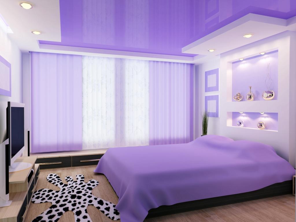 сиреневый глянцевый двухярусный потолок в спальне