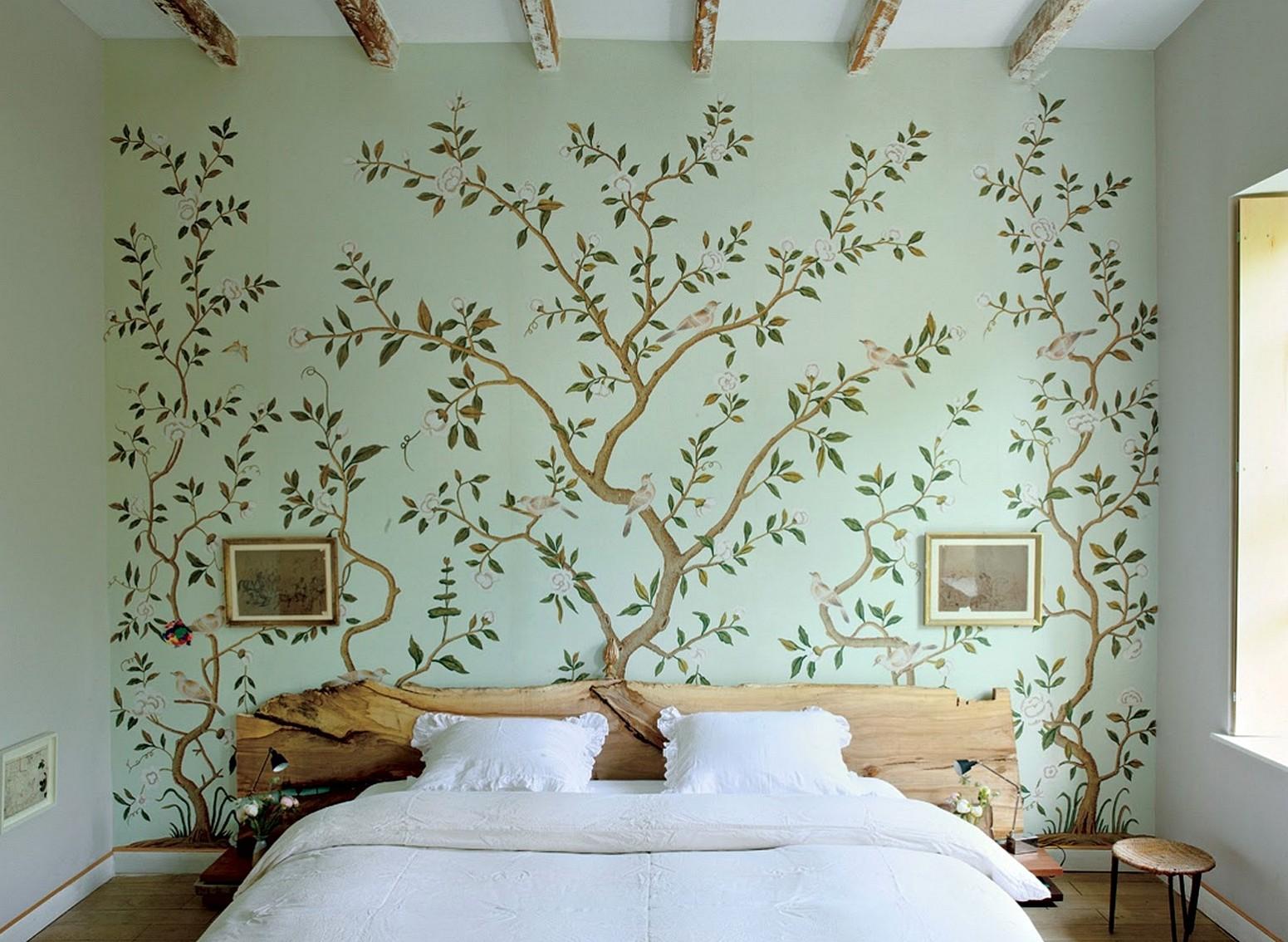 фотообои над кроватью дерево в интерьере спальни