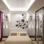 меленькая спальня со встроенным шкафом и росписной стеной у изголовья кровати