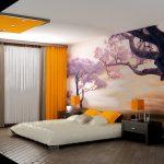 интерьер спальни с желтыми занавесками и элементами декора, на стене дерево сакуры