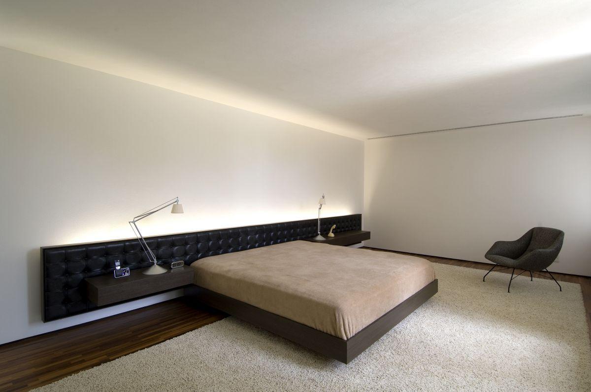 низкое изголовье кровати в стиле минимализм