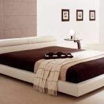 кровать с низким изголовьем в стиле минимализм, стеклянные столики