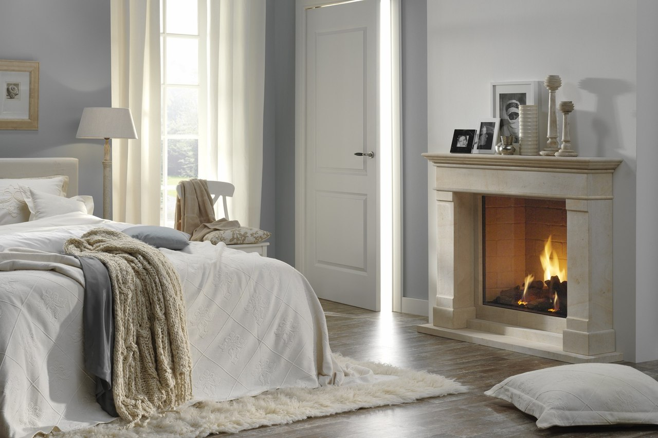 спальня с камином экостиль