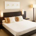 кровать, торшер в стиле минимализм, картина над кроватью