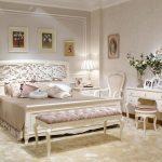 классическая спальня с белым гарнитуром