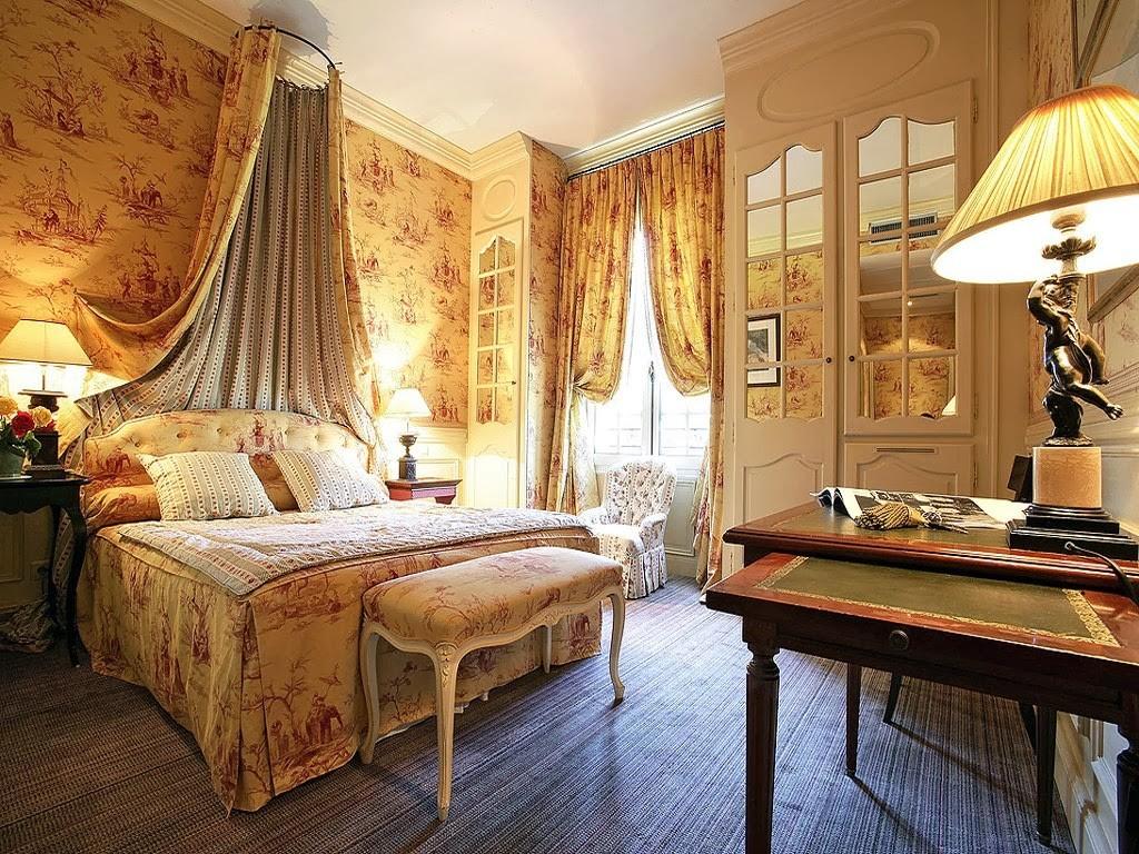 кровать с балдахином в итерьере спальни в стиле прованс