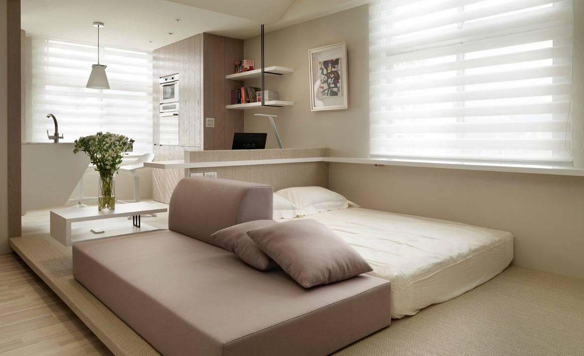 кровать с матрацем на полу в интерьере спальни, низкая кровать