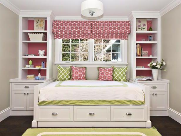 белая кровать с ящиками и тумбочками
