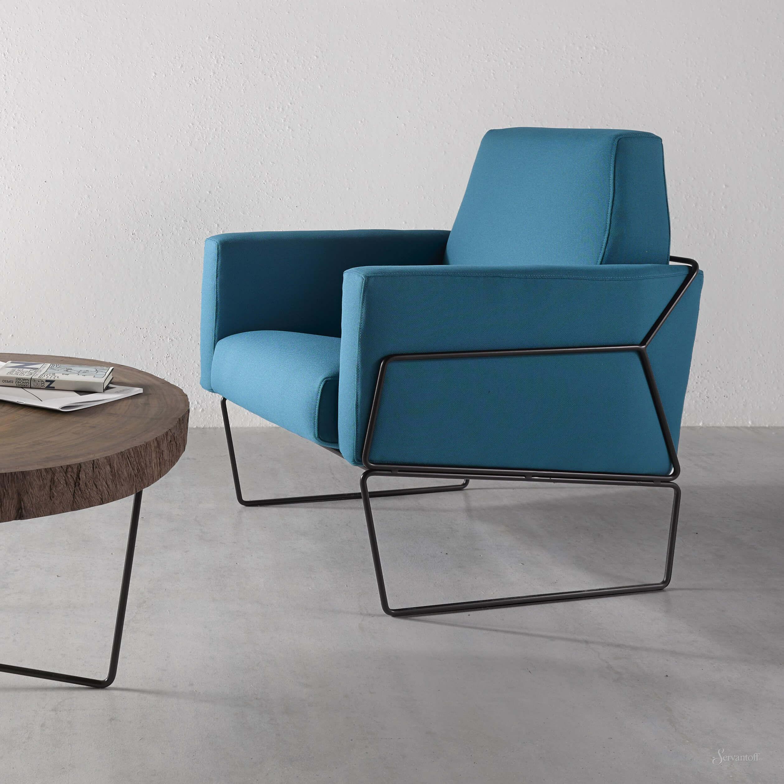 место для отдыха бирюзовое кресло и круглый стол из дерева