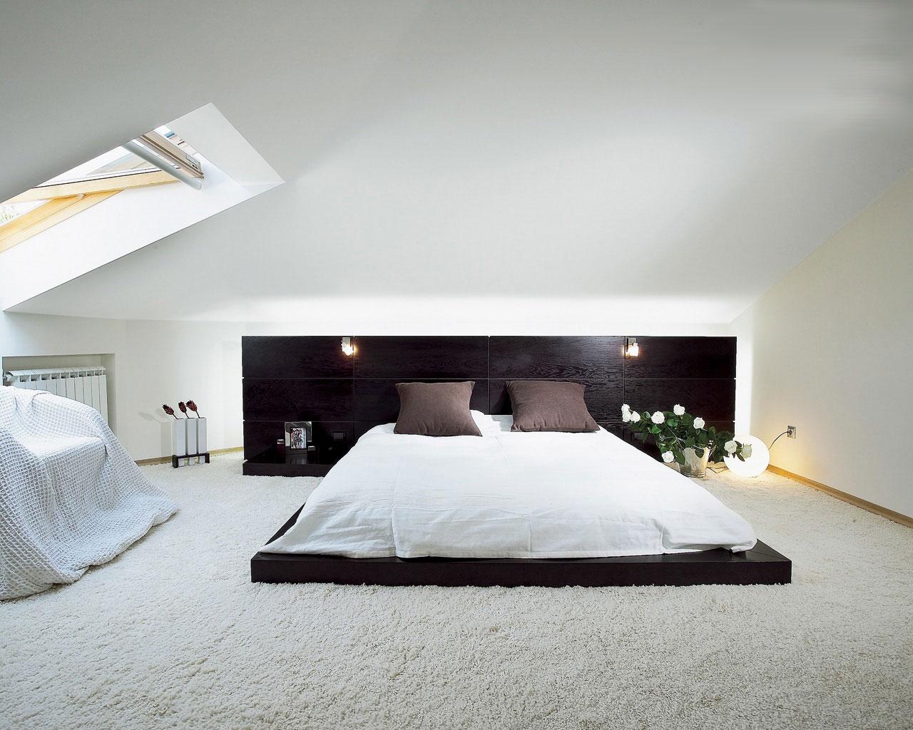 низкая кровать в стиле минимализм в спальне под крышей