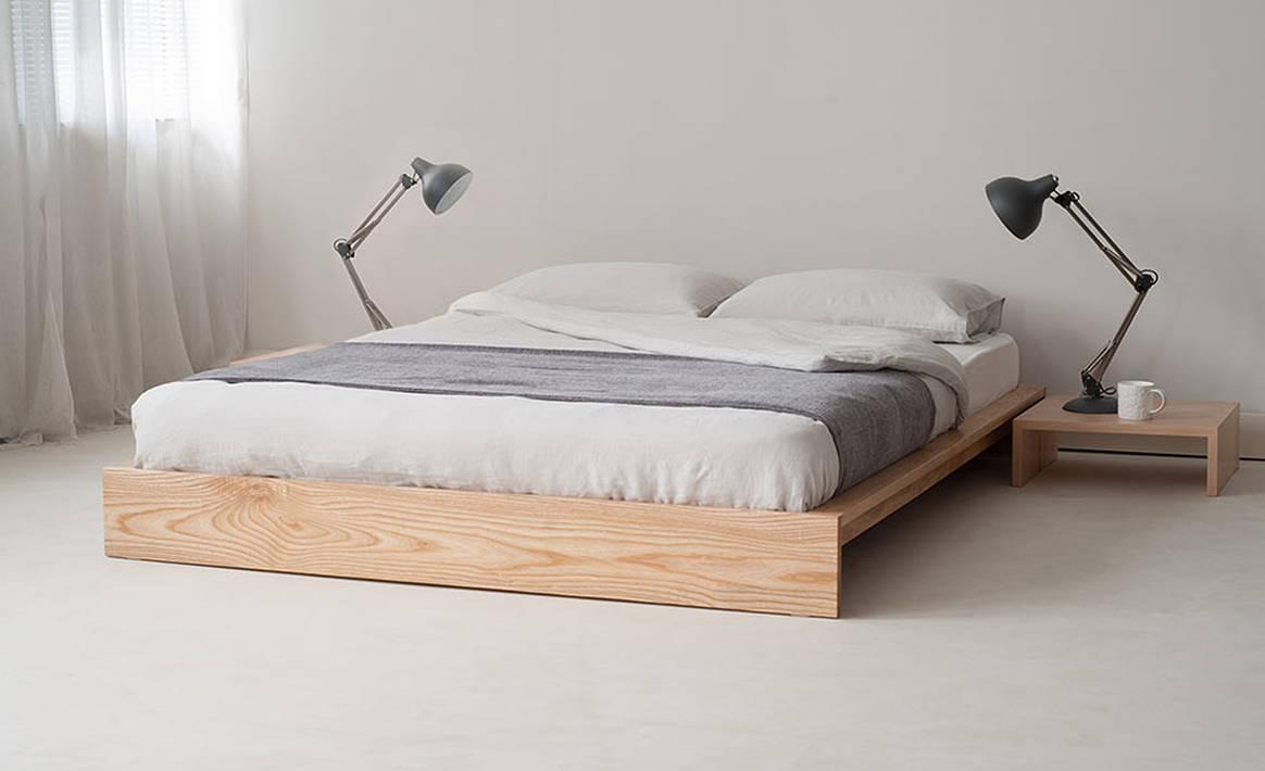 низкая кровать на деревянной основе