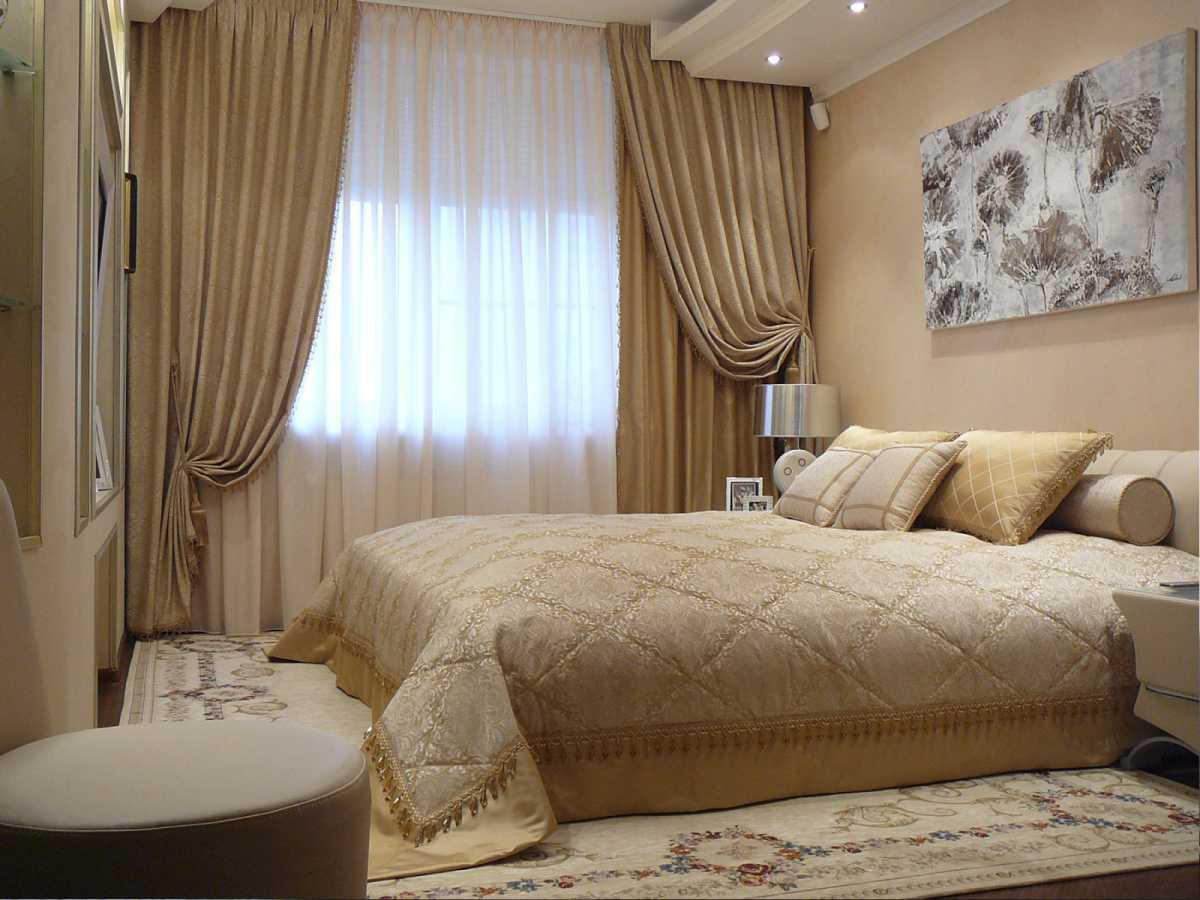 плотные занавески и ковер на полув интерьере спальни
